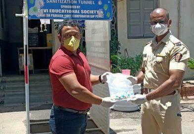 उद्योजक राहुल शिंदे मित्र परिवारातर्फे पोलिसांना 50,000 आर्सेनिक गोळ्यांचे वाटप